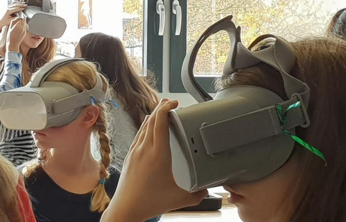 mit VR-Brille nach Paris